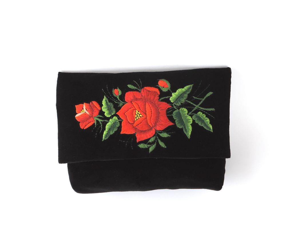 22f1ecce22db8 Czarna kopertówka z haftem łowickim (duża czerwona róża) Ludowidła.pl